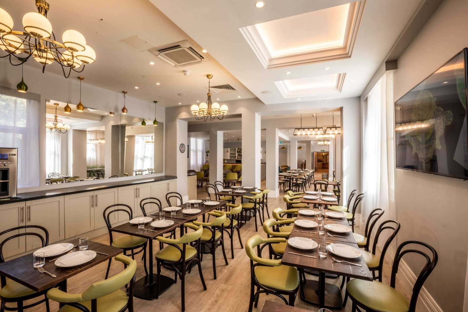 boutique dining at Queens Crystal Palace Hotel