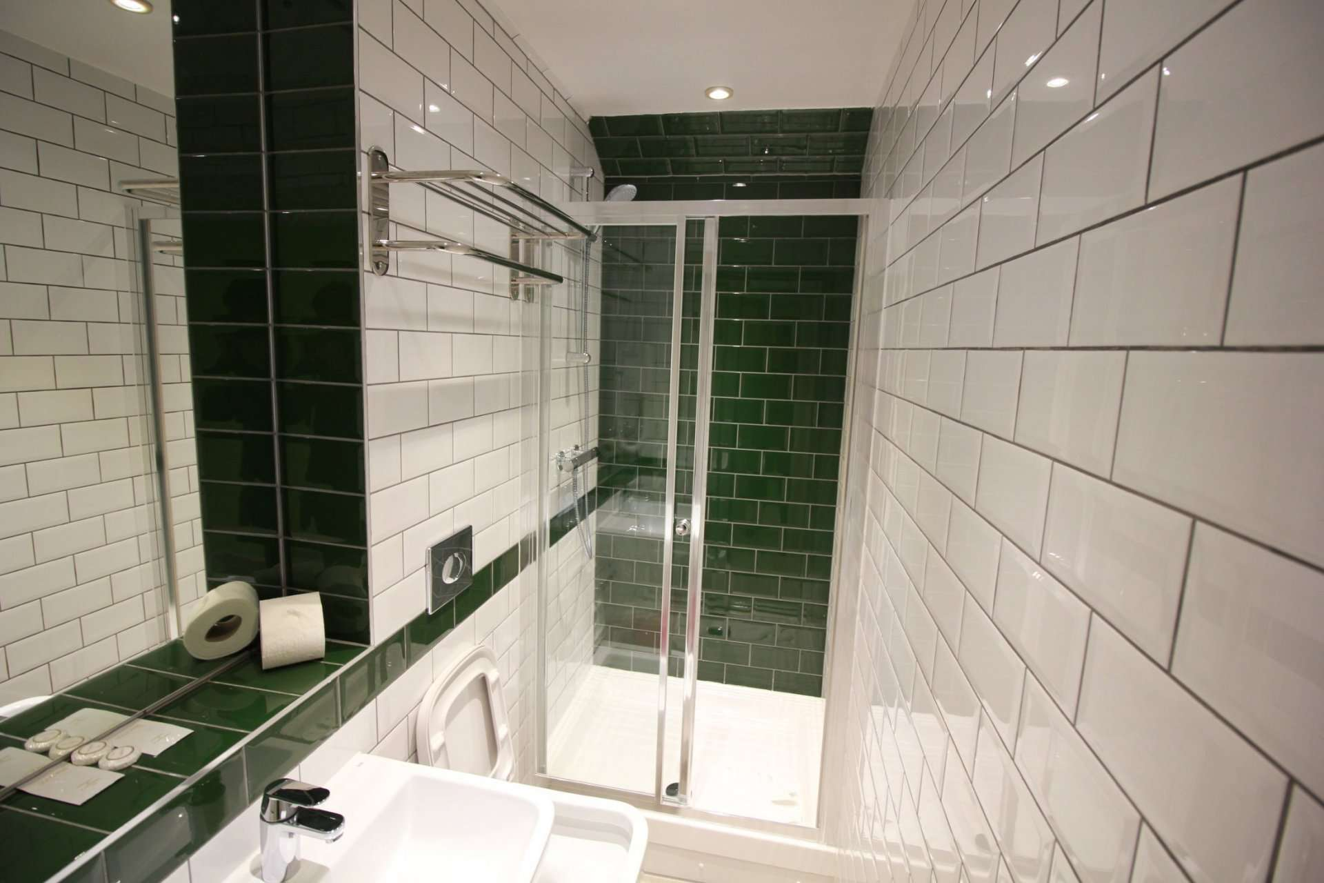 bathroom and shower facilities at Queens Crystal Palace Hotel